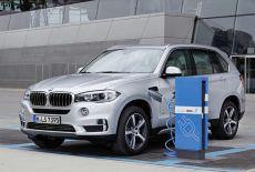 BMW X5 xDrive 40e an einer Ladestation - zur Galerie